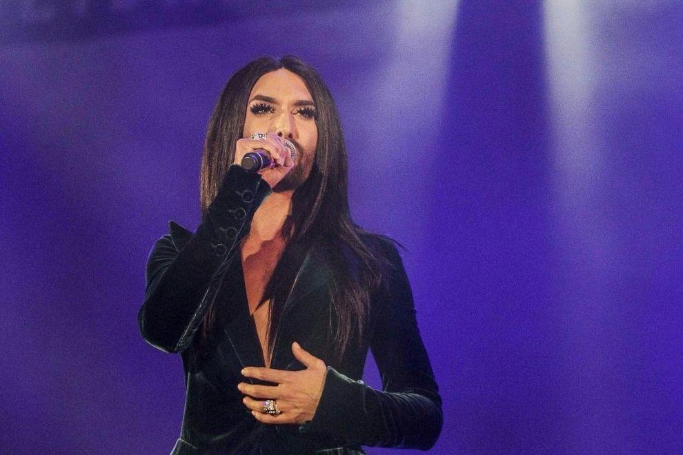 Conchita Wurst singt 2016 im Opernhaus von Sydney