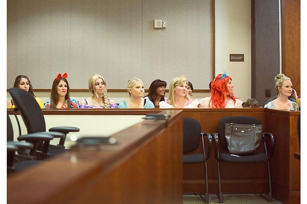 Ein ganzer Gerichtssaal verkleidet sich für ein kleines Mädchen als Disney-Figuren