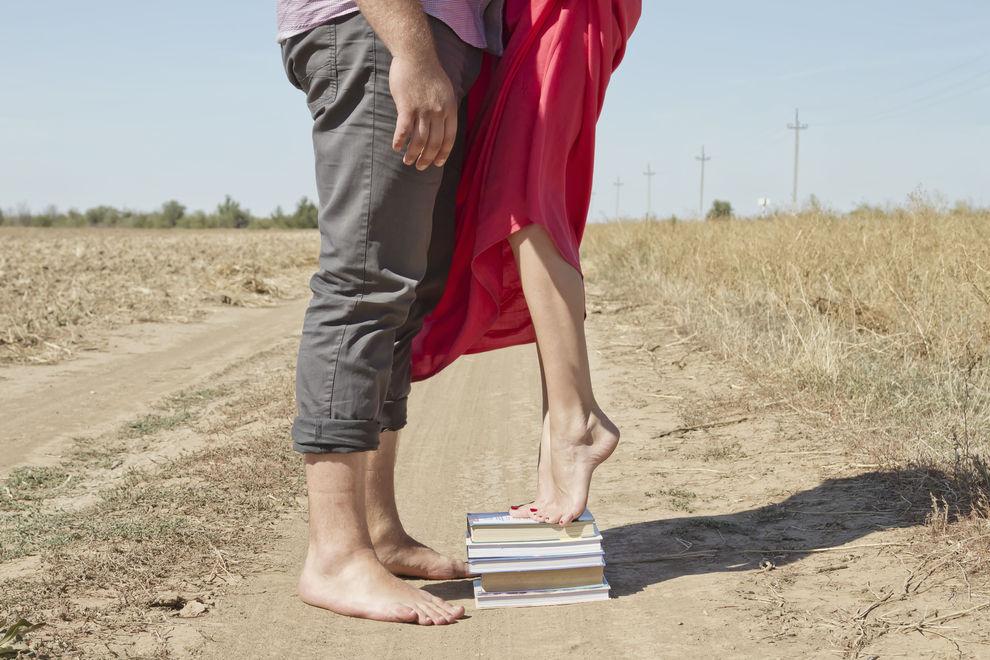 9 Probleme, die nur kleine Frauen mit großen Männern kennen