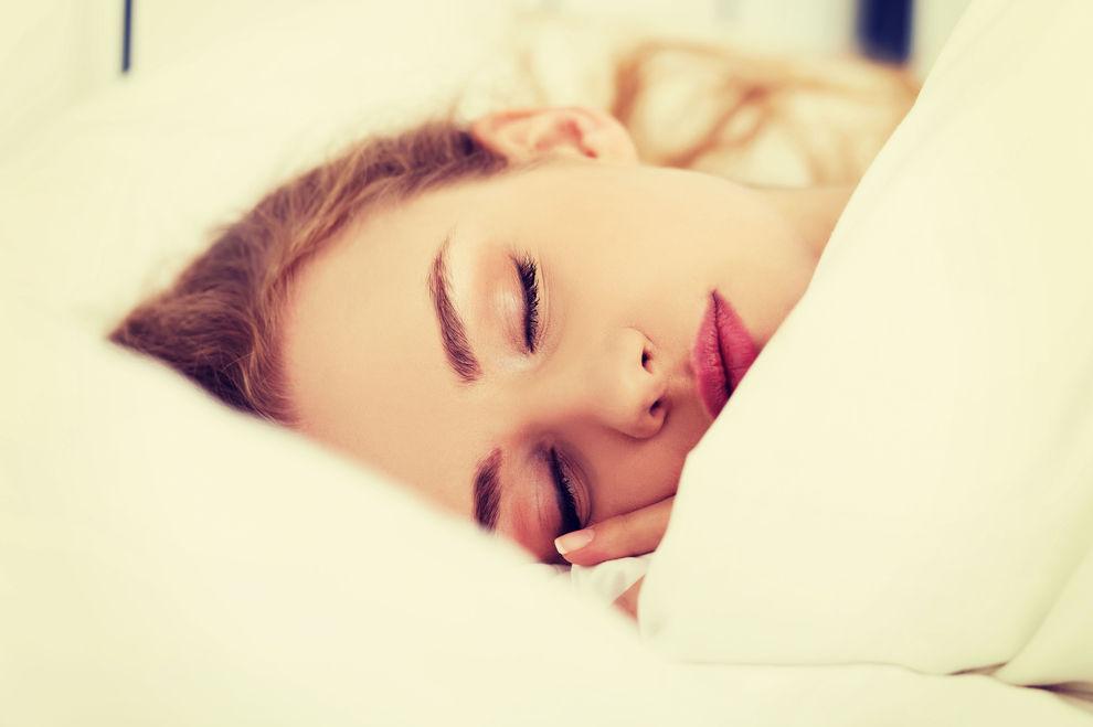 Deshalb zuckt dein Körper beim Einschlafen