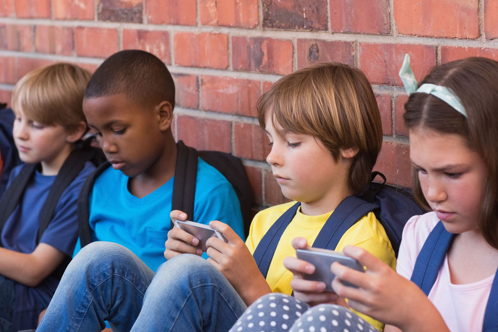 Frankreich kündigt Handyverbot in Schulen an