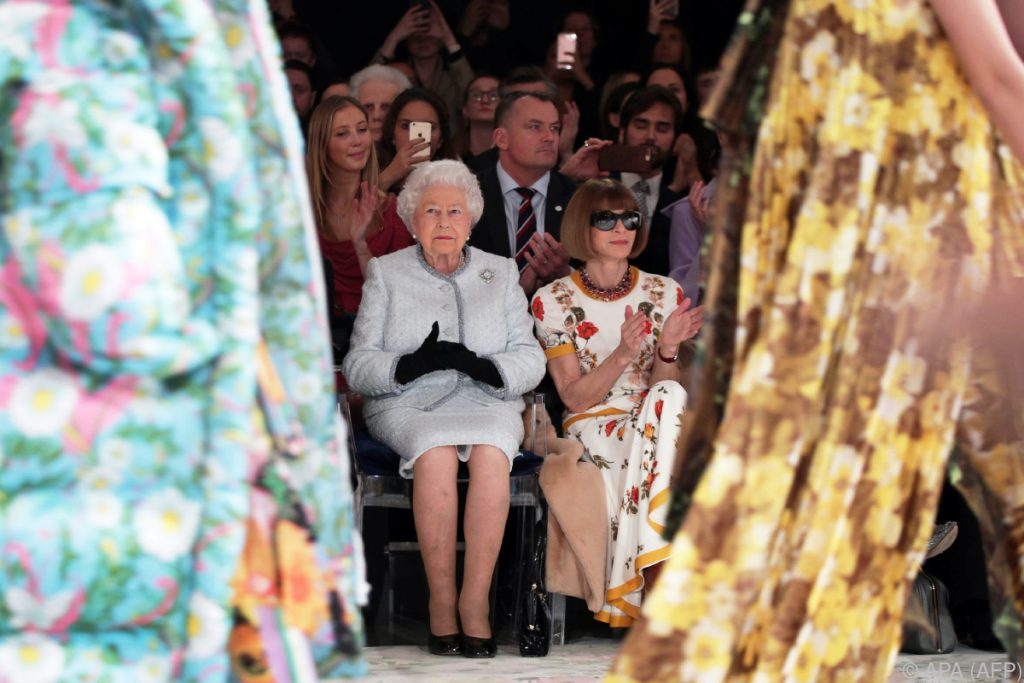 Die Queen besuchte erstmals die Londoner Fashion Week