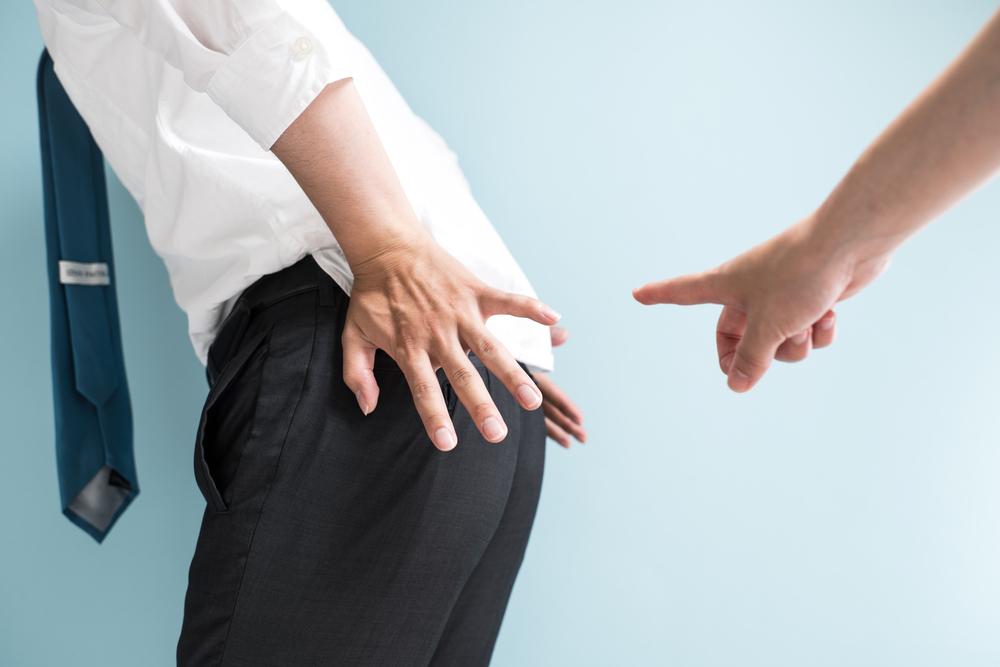Mann verklagt seinen Ex-Chef, weil er ständig furzte