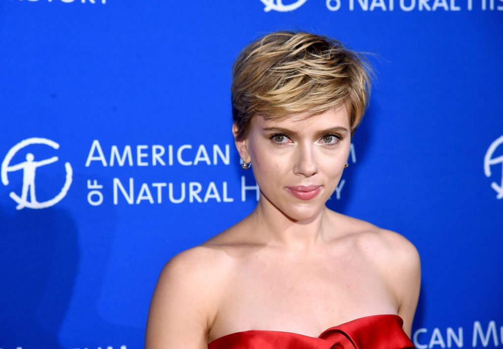 Scarlett Johansson zeigte im Flieger versehentlich ihre Vagina