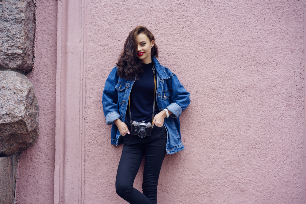 Dunkelblaue Jeans kombinieren: So tragen Modeprofis den Dark Denim-Trend