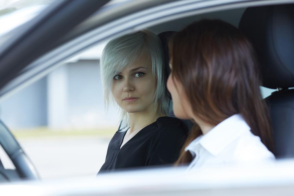 Uber-Fahrer wirft lesbisches Paar wegen Kuss aus dem Auto