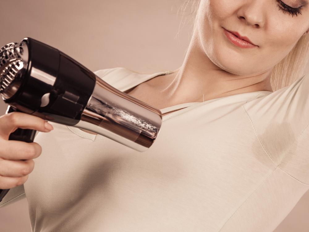 4 eklige Dinge, die alle Frauen im Sommer heimlich machen