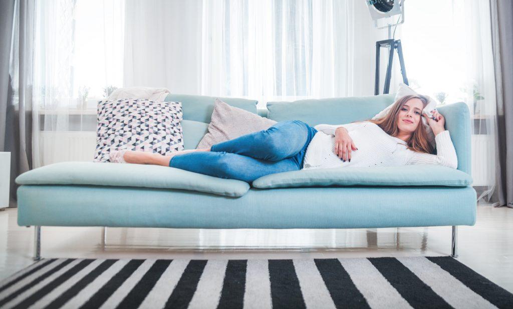 5 eklige Dinge, die Frauen heimlich auf der Couch machen