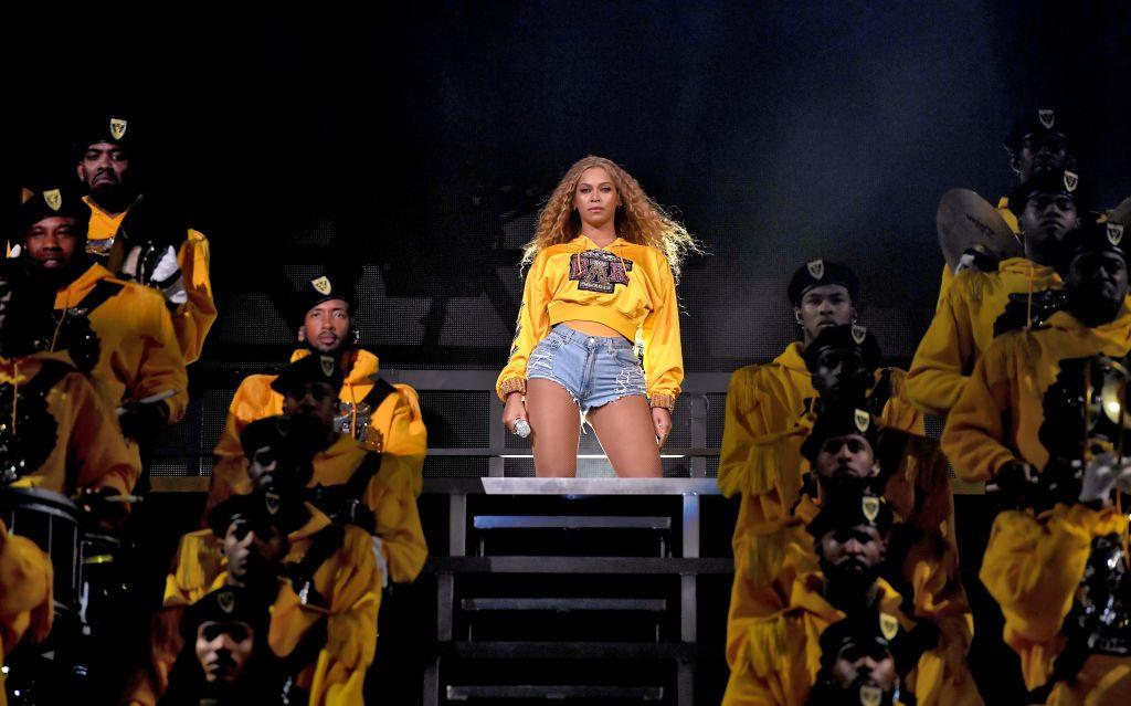Beyoncé- und Jay Z-Fan schafft es, während Konzert auf Bühne zu klettern