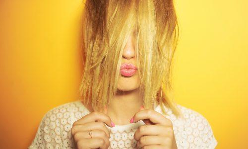 Gelbstich aus blonden Haaren entfernen? So klappt's