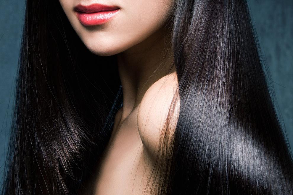 So bekommst du deine Haare glatt und glänzend