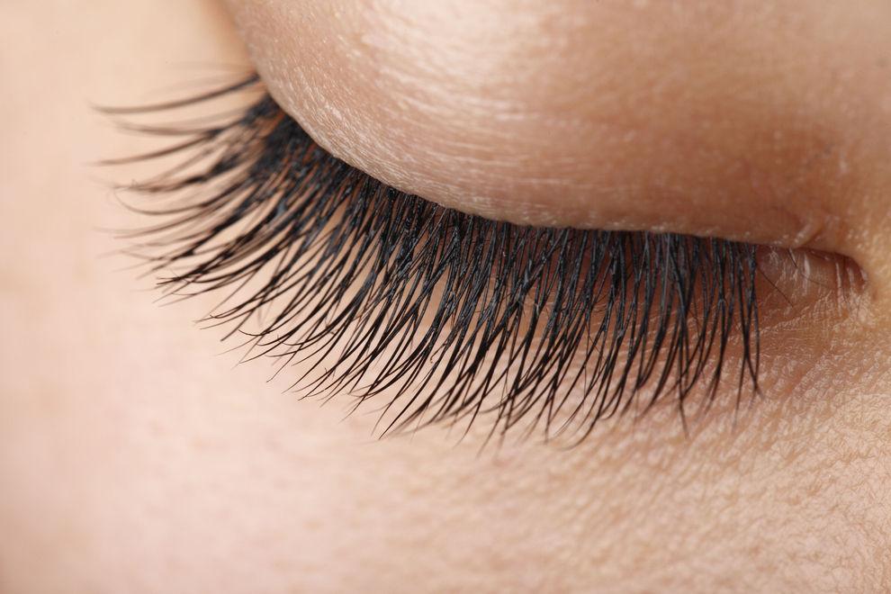 Diese Mascara färbt unsere Wimpern