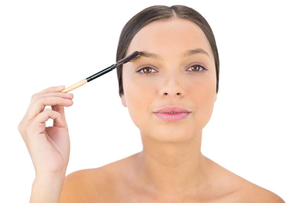 So schminkst du überzupfte Augenbrauen ganz easy nach
