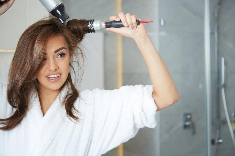 Föhnen: 5 Fehler, die Auswirkungen auf deine Haare haben