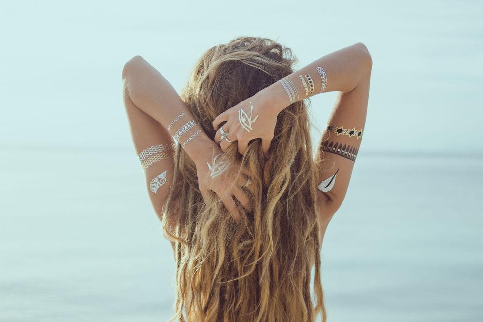 So färbst und pflegst du dein blondes Haar im Sommer richtig