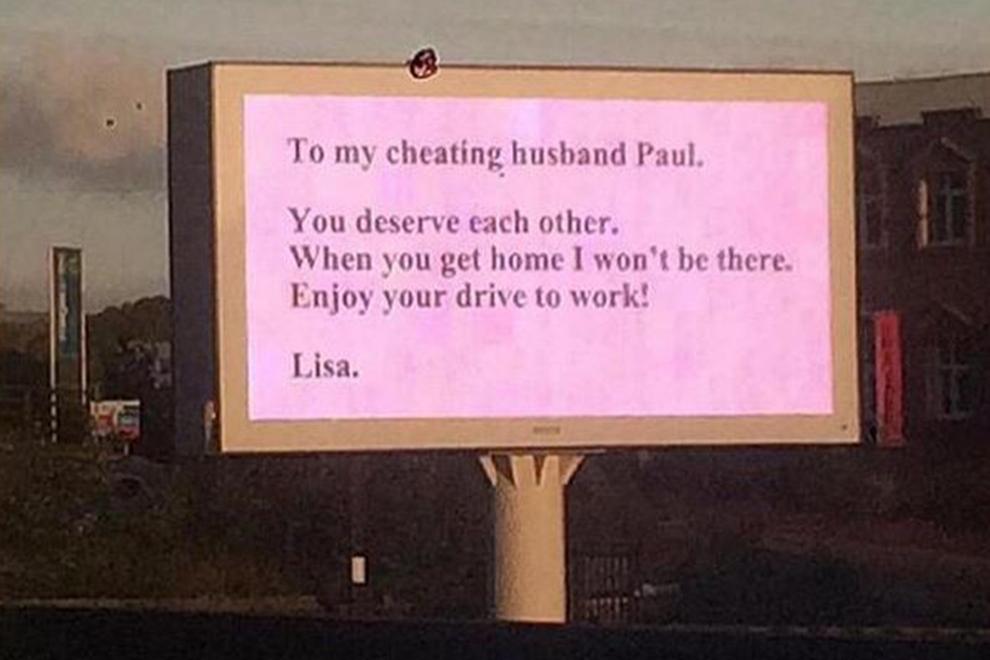 Betrogene Frau macht auf einem Werbeplakat Schluss
