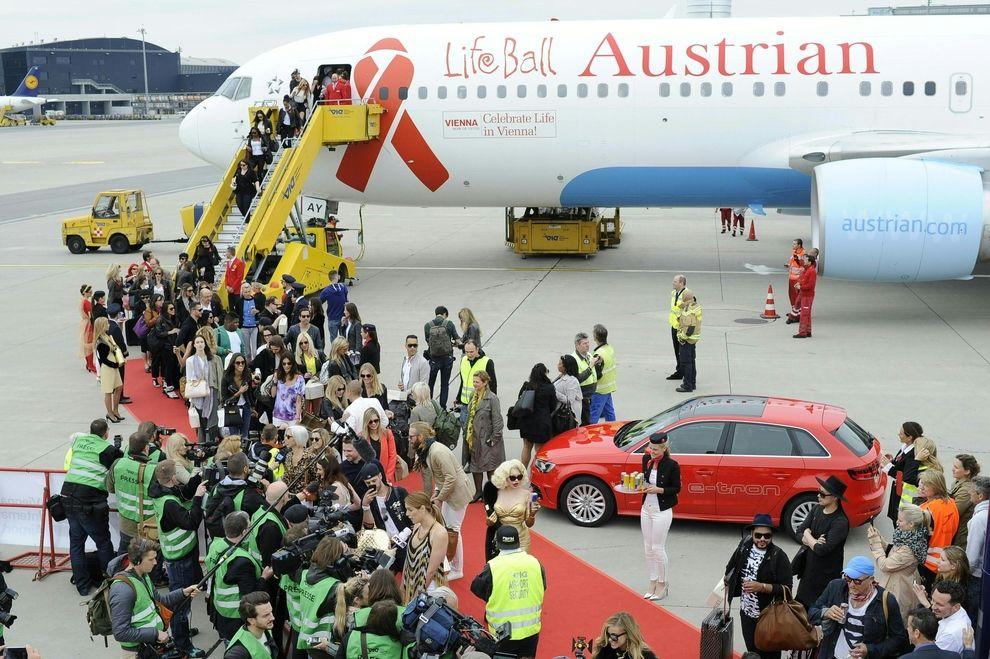 Die ersten Promis landen in Wien