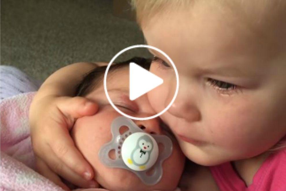 Dieses Baby tröstet seine große Schwester und es ist so süß