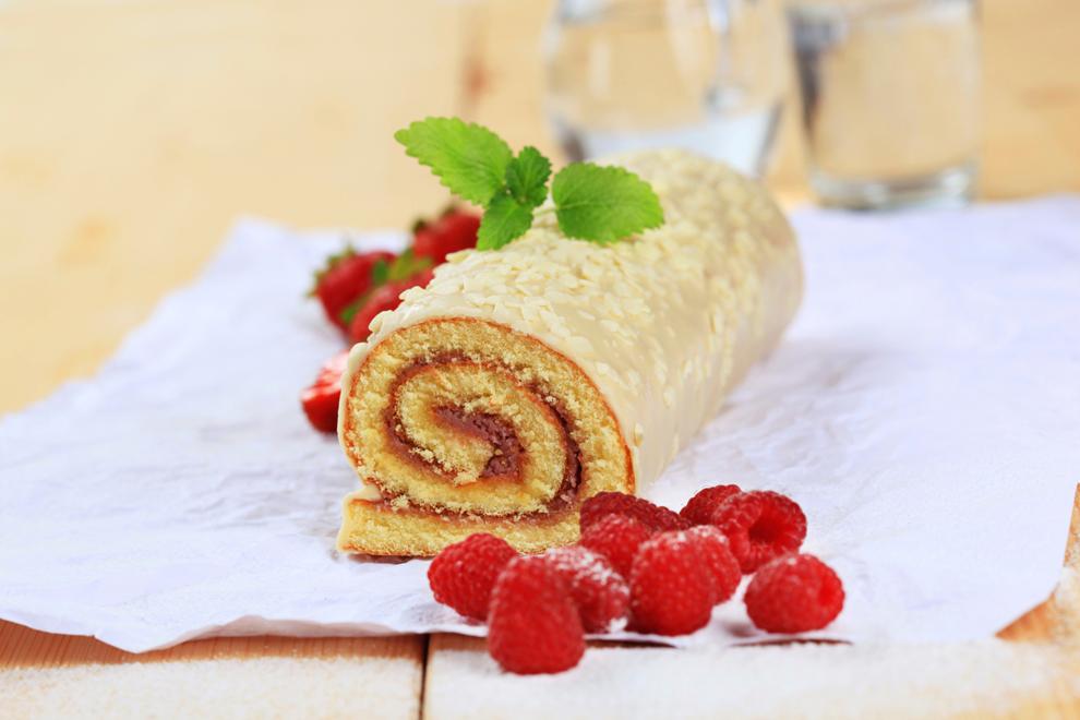 Biskuitroulade mit Beeren-Marmelade