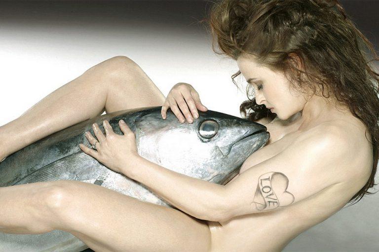 Hier liebkost Helena Bonham Carter einen Fisch