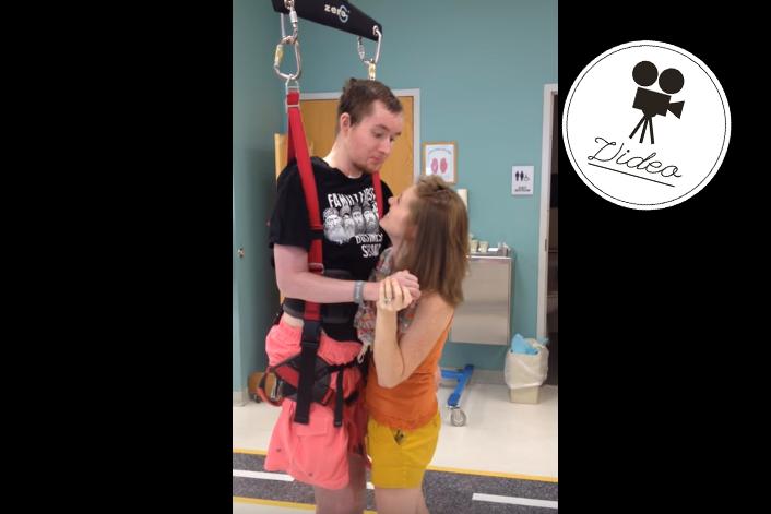 Querschnittsgelähmter Mann tanzt zum ersten Mal mit seiner Frau