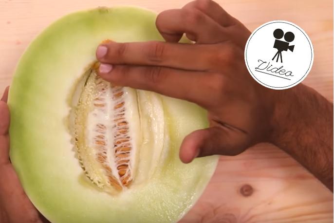 Fingern: Männer zeigen mit Früchten, wie man eine Frau mit der Hand befriedigt