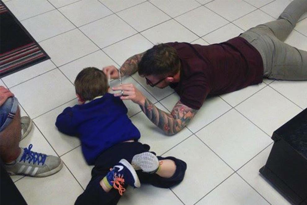 Friseur hilft autistischem Bub seine Angst vorm Haareschneiden zu überwinden