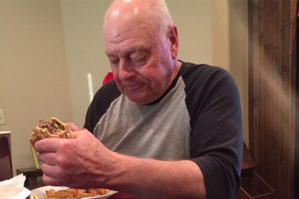 Dieser einsame Opa rührt die Welt zu Tränen