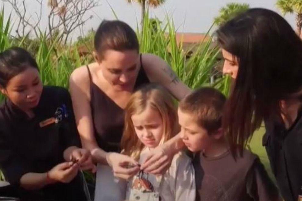Angelina Jolie verspeist mit ihren Kids Spinnen und Skorpione