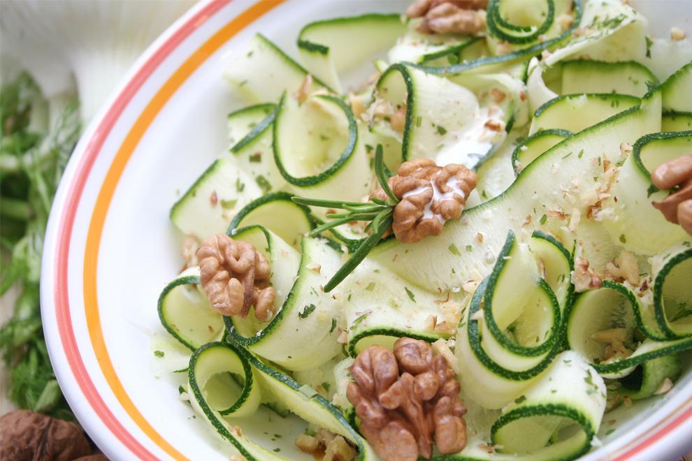 Zucchini-Salat mit Walnüssen