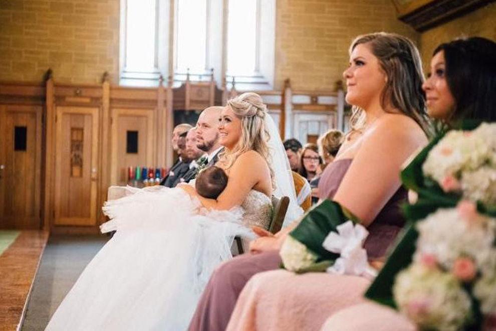 Diese Braut stillt ihr Baby während der Trauung
