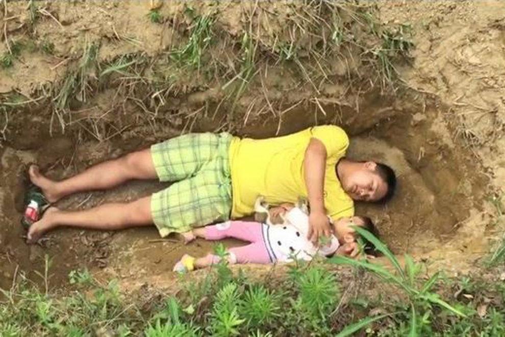 Darum lässt dieser Vater seine todkranke Tochter in ihrem Grab Probe liegen