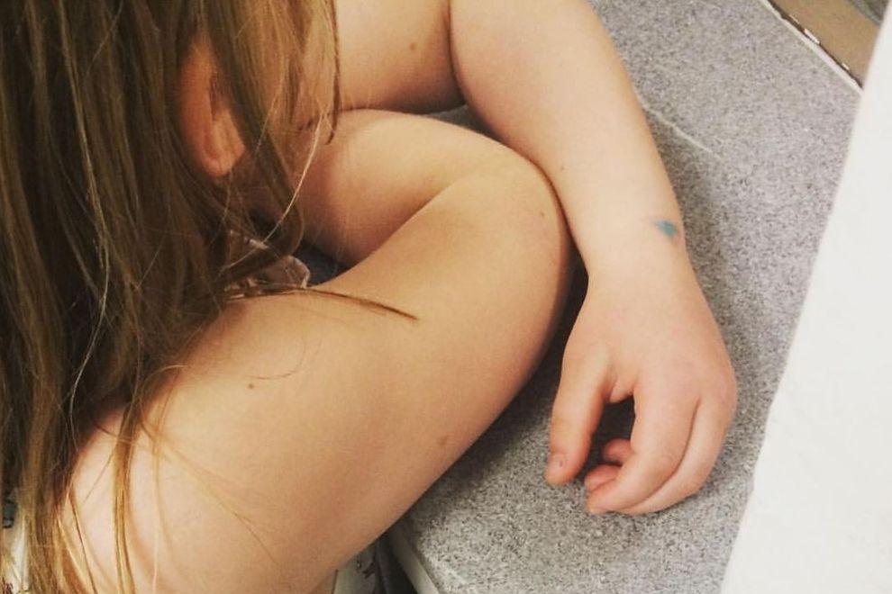 """7-Jährige wird am Schulhof wegen ihrer """"dicken Arme"""" gemobbt"""