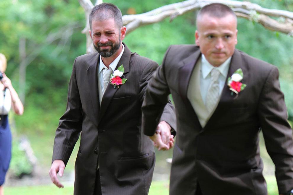 Vater und Stiefvater führen Braut gemeinsam zum Altar