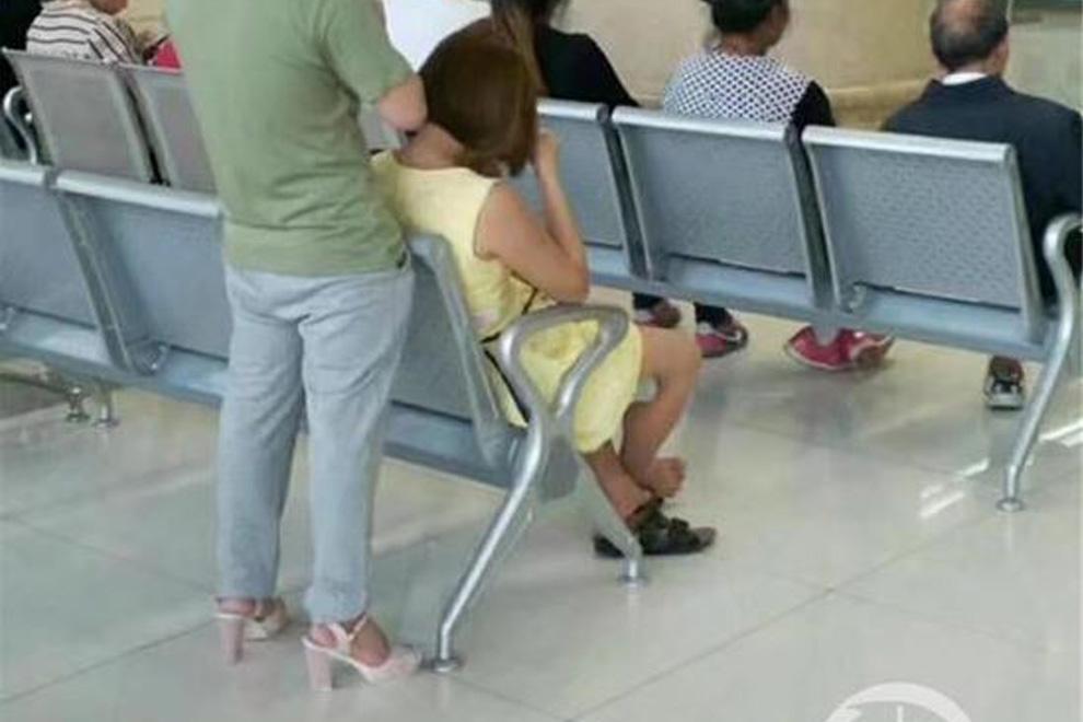 Warum dieser Typ die High Heels seiner Freundin trägt