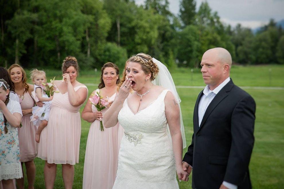 Weil ihr verstorbener Sohn die Hochzeit nicht erleben kann, lädt ihr Verlobter DIESEN Gast ein