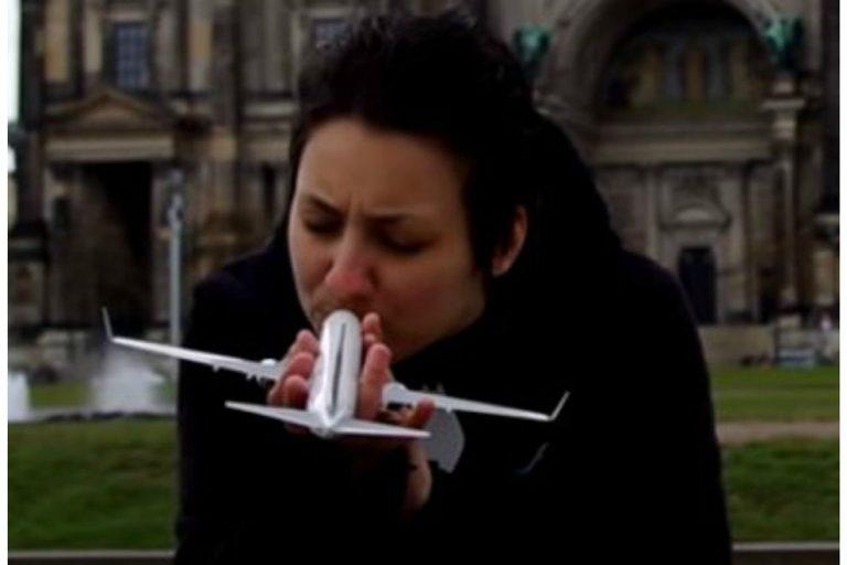 Diese Frau ist in ein Flugzeug verliebt