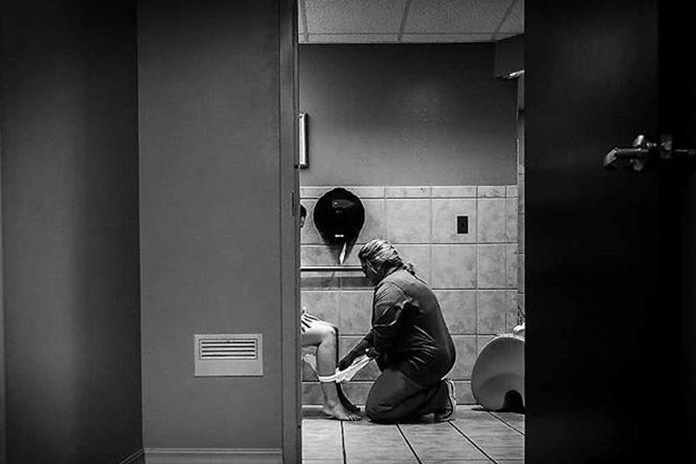 Diese Krankenschwester hilft einer frischgebackenen Mama auf dem Klo und das Foto wird viral