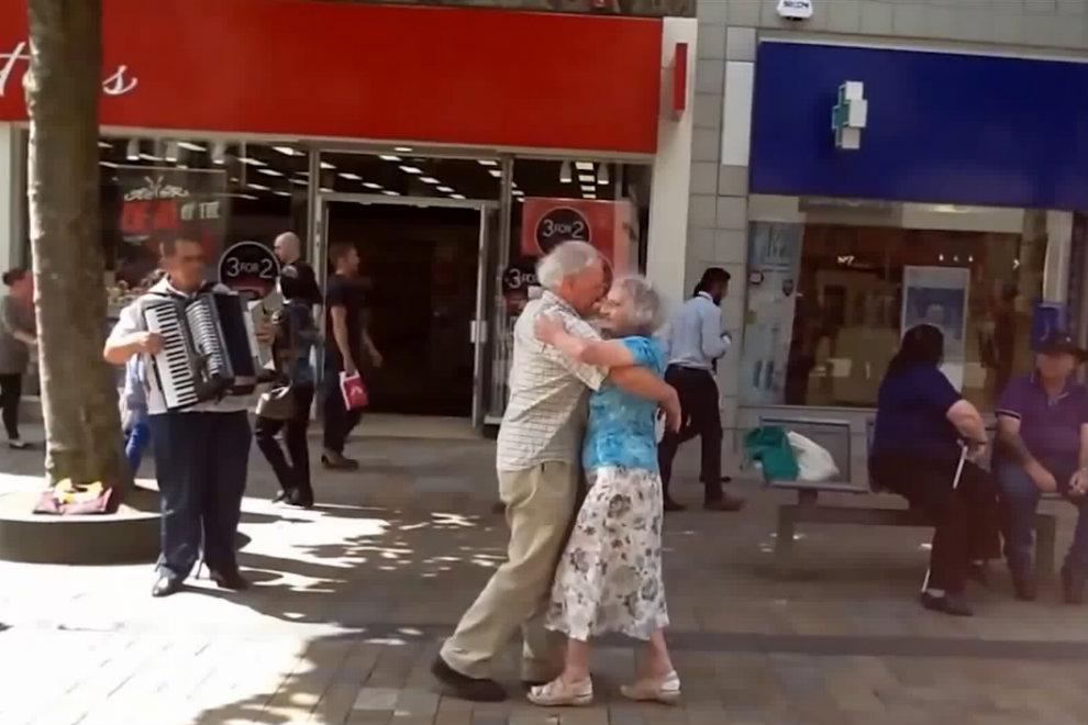 Er fordert sie zum Tanz auf