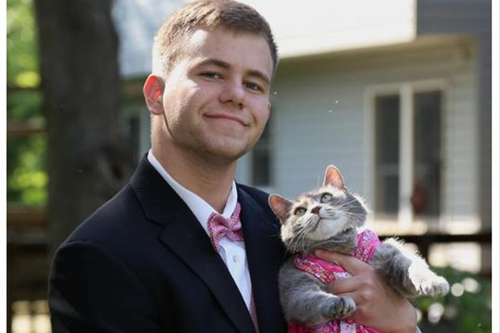Weil er kein Date hat, nimmt dieser Teenager einfach seine Katze mit zum Abschlussball