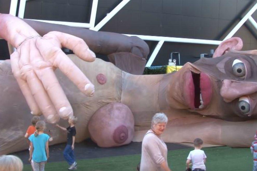 Wie eine gigantische Puppe das Internet entsetzt