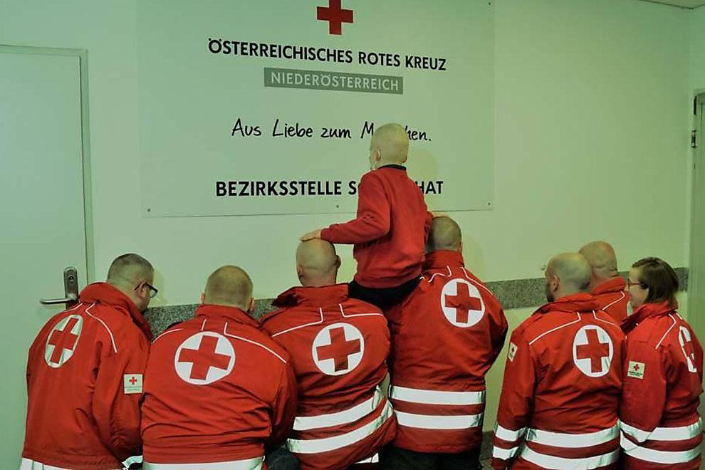 Rot-Kreuz-Mitarbeiter rasieren sich Glatzen