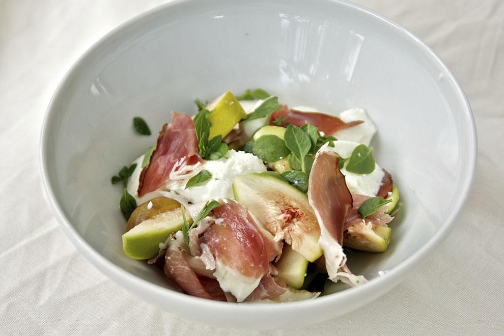 Salat aus Feigen, Basilikum und Büffelmozzarella
