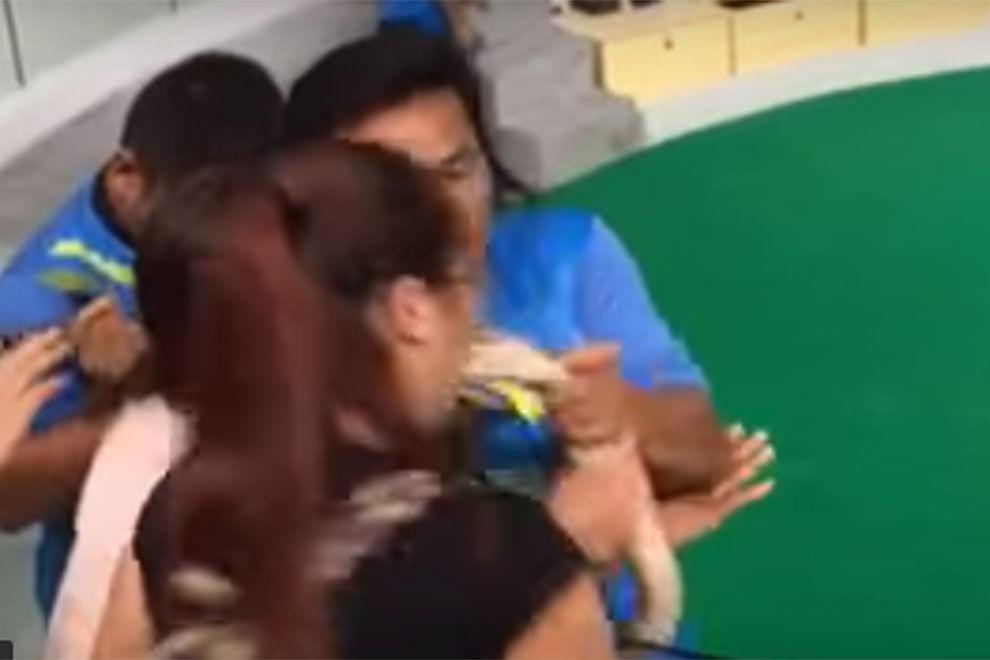 Diese Frau erlebt beim Kuss-Versuch mit einer Python eine böse Überraschung