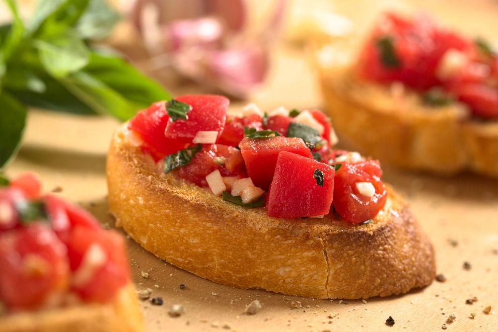 Crostini mit Minze-Chili-Tomaten
