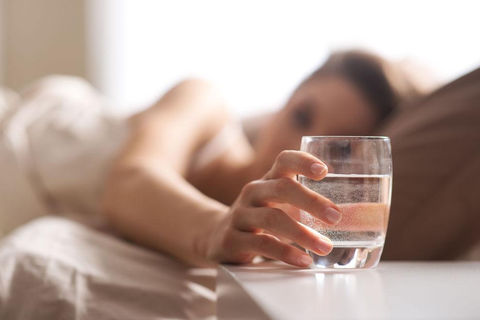 Gefährlich: Deshalb solltest du nie wieder ein Glas Wasser an dein Bett stellen