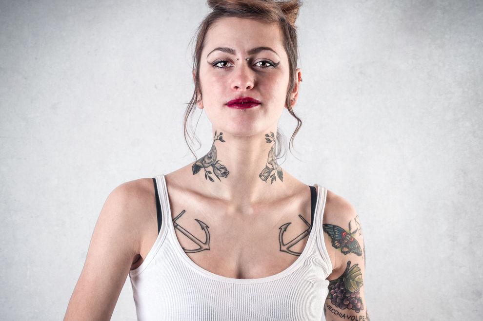 Deutscher Firmenboss spricht sich gegen bunte Haare, Tattoos & Piercings aus