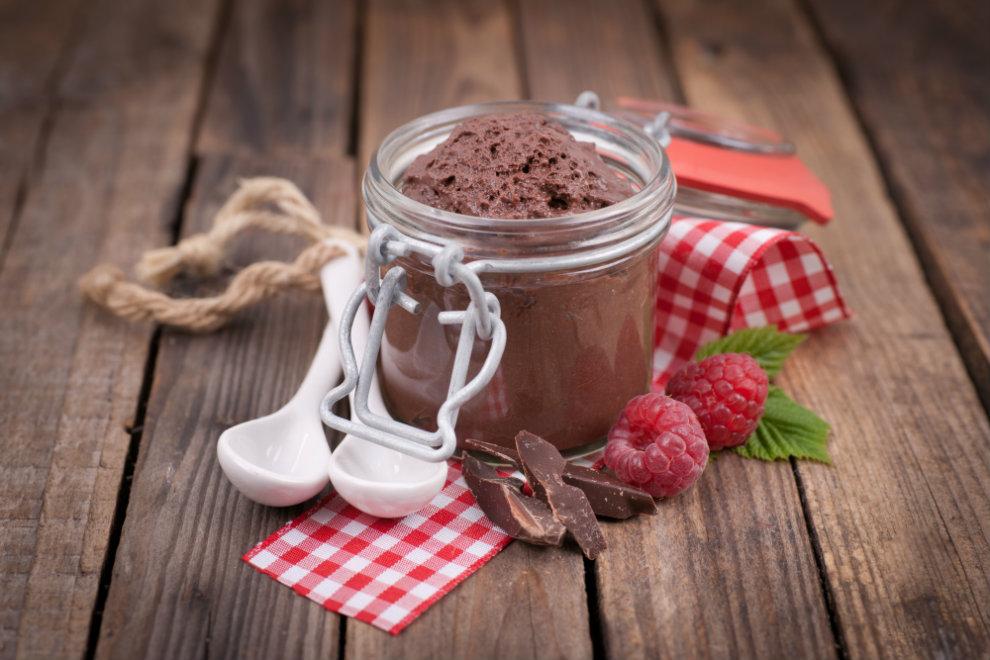 Dunkle und weiße Mousse au Chocolat