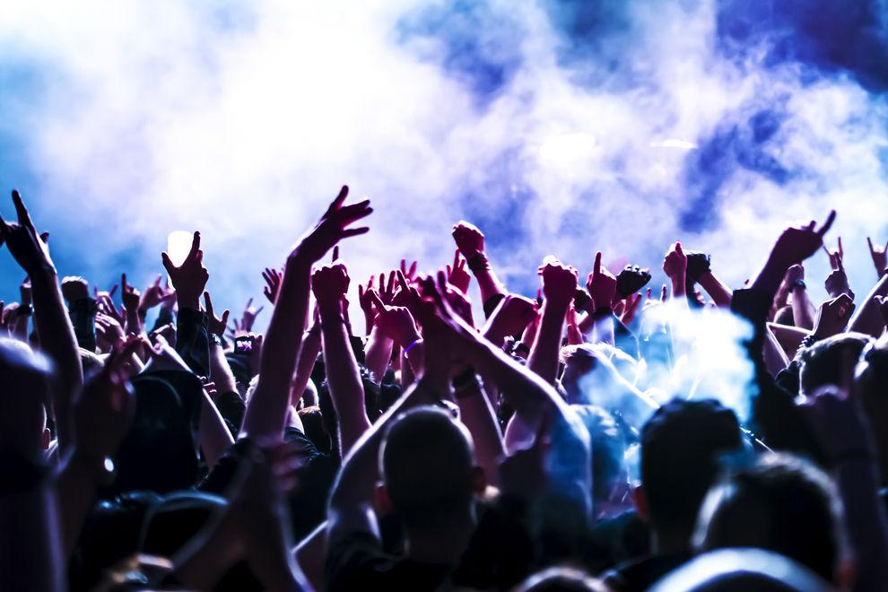 Sänger unterbricht Show, weil im Publikum Frau sexuell belästigt wird