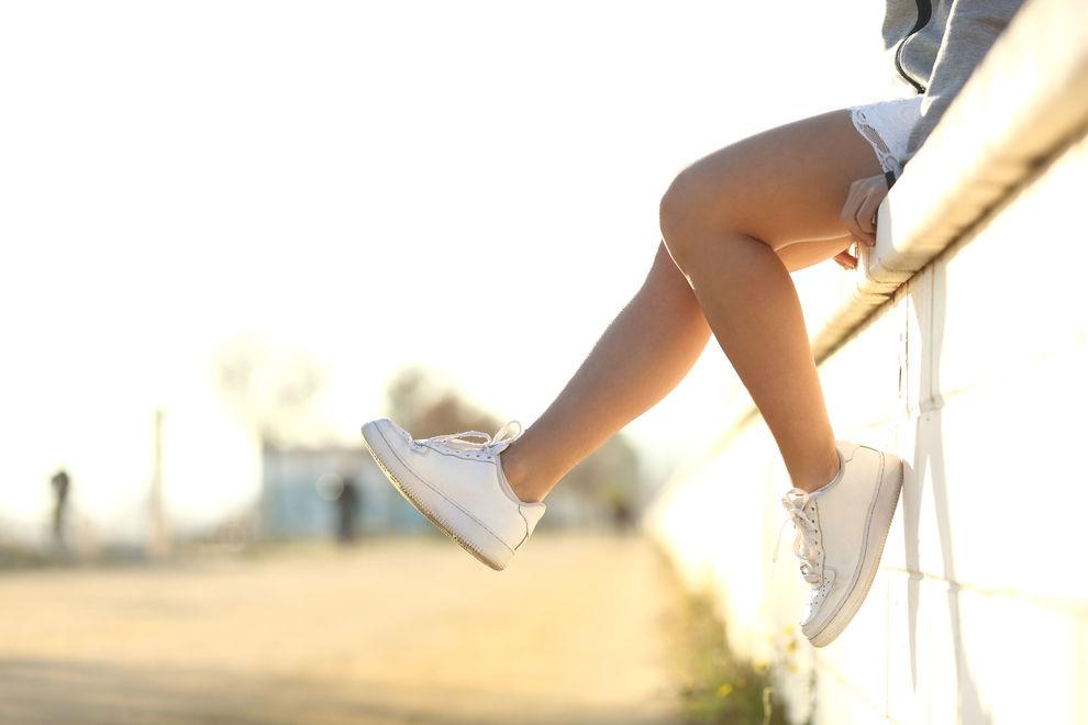 So bekommt ihr eure weißen Sneakers wieder richtig sauber